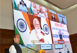 Hon'ble Chief Minister, HP welcoming Sh. Narendra Modi, Hon'ble Prime Minister of India